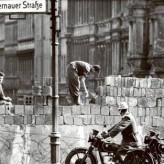 Срещу стената